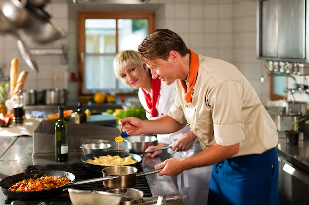 Cuochi in cucina di un ristorante o di un hotel