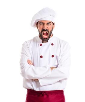 Cuoco arrabbiato gridando su sfondo bianco