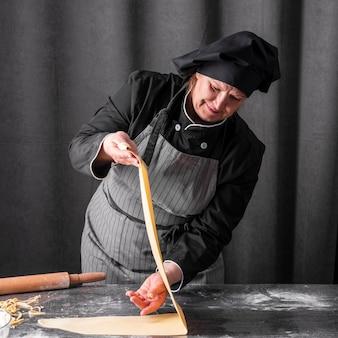 Cuoco che produce foglio di pasta