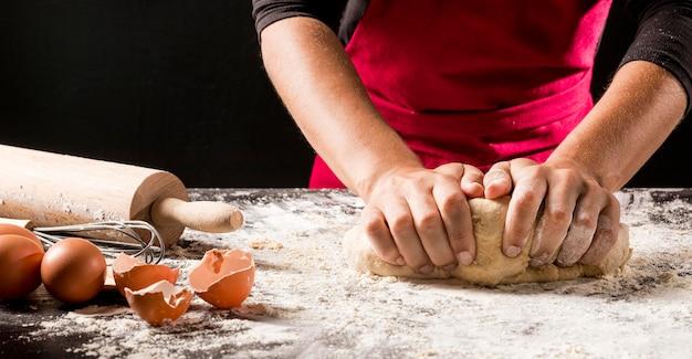 Cuoco del primo piano che produce pasta