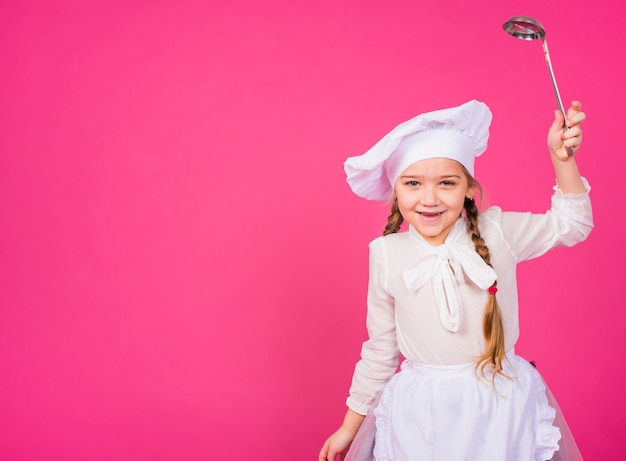 Cuoco della bambina con sorridere della siviera