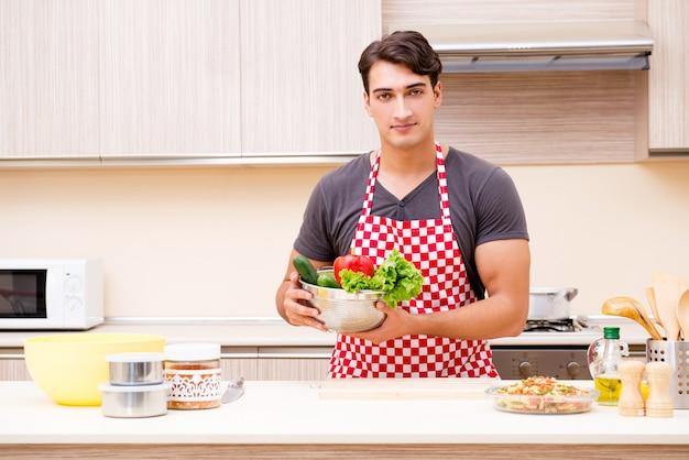 Cuoco maschio dell'uomo che prepara alimento in cucina