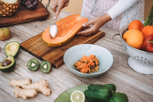Cuoco unico che prepara l'insalata di estate della frutta e della verdura