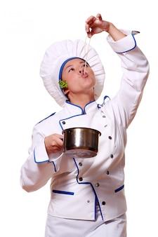 Cuoco unico divertente che mangia pasta fresca