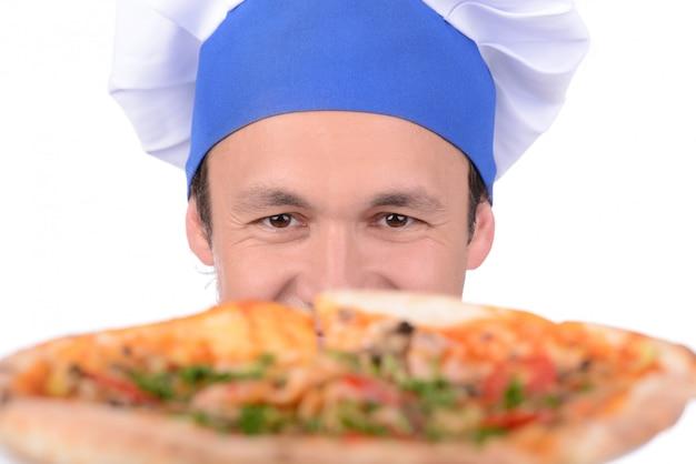 Cuoco unico maschio che cucina pizza sopra isolato su bianco.