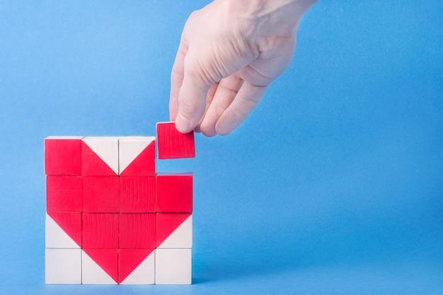 Cuore a cubetti. concetto di medicina, giorno di san valentino, festa della donna, amore, relazioni.