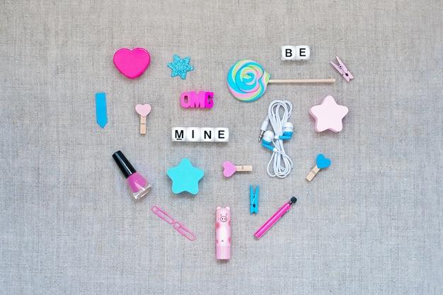 Cuore a cuore san valentino fatto da una varietà di accessori rosa e blu