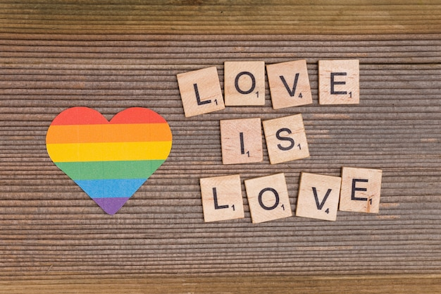 Cuore arcobaleno e motto lgbt love is love