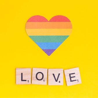 Cuore arcobaleno lgbt con segno amore