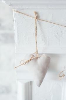 Cuore bianco del tessuto fatto a mano su bianco
