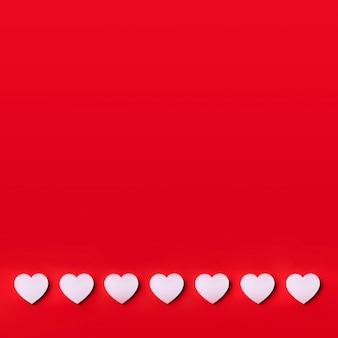 Cuore bianco tagliato da carta su sfondo rosso con spazio di copia. san valentino. amore, appuntamento, concetto romantico.