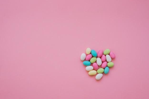 Cuore colorato fatto di caramelle