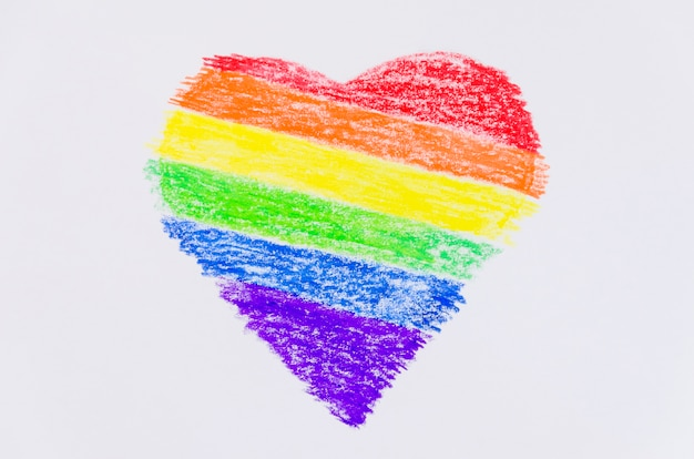 Cuore con i colori della bandiera dell'orgoglio