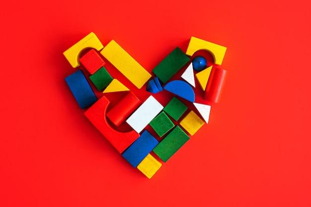Cuore creativo di forme geometriche luminose in legno, amore per il bambino