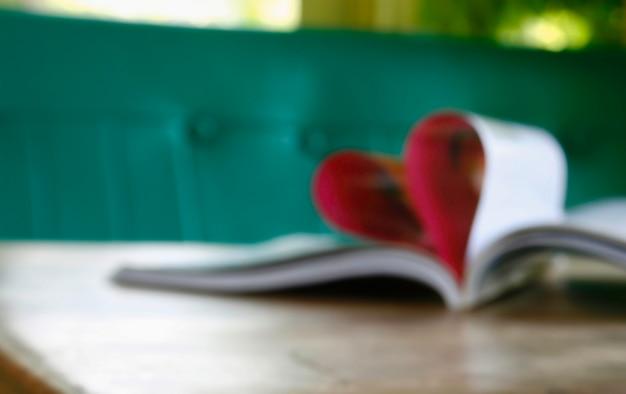 Cuore dalle pagine del libro in sfocato