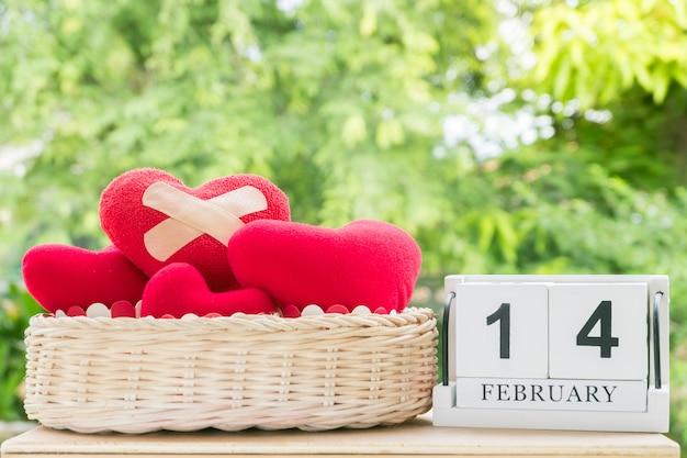 Cuore di feltro rosso con cerotti adesivi sul cesto