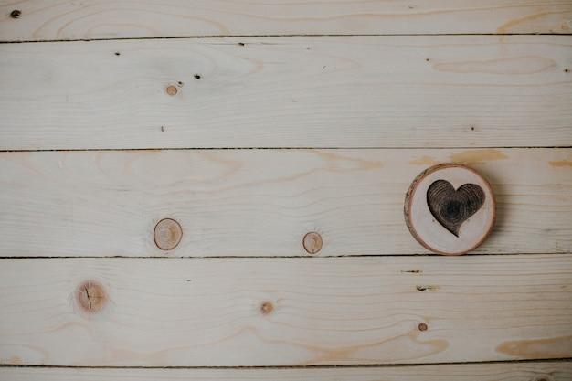 Cuore di legno su fondo in legno