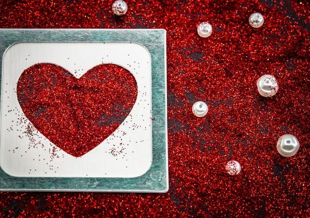 Cuore di paillettes su un nero, concetto di amore di san valentino