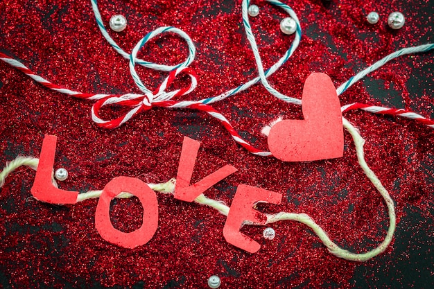 Cuore di paillettes su un nero san valentino concetto di vacanze
