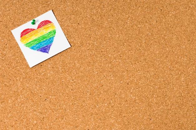 Cuore di vista superiore nei colori dell'arcobaleno con lo spazio della copia