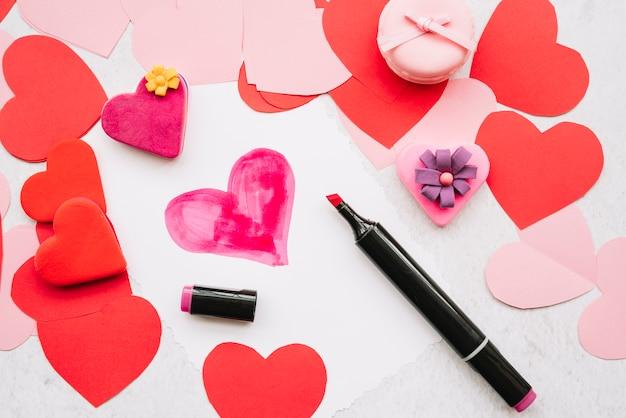 Cuore dipinto con pennarello sul tavolo
