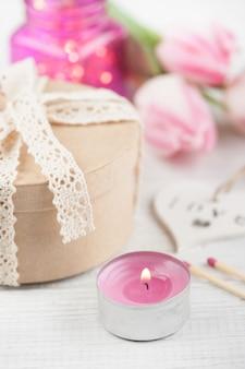 Cuore e luci in legno bianco