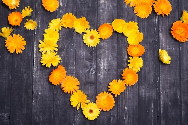 Cuore fatto di sfondo di fiori gialli