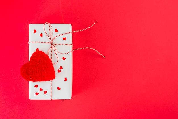 Cuore lavorato a maglia su regalo adorabile
