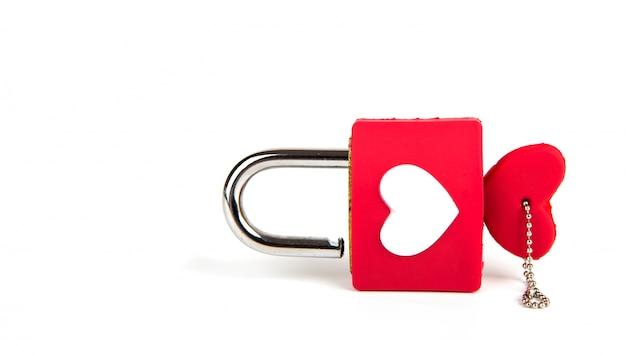 Cuore lucchetto e la chiave su uno sfondo bianco