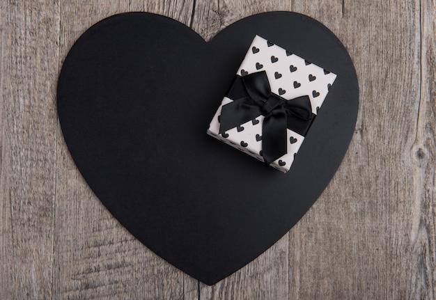 Cuore nero con un regalo per san valentino