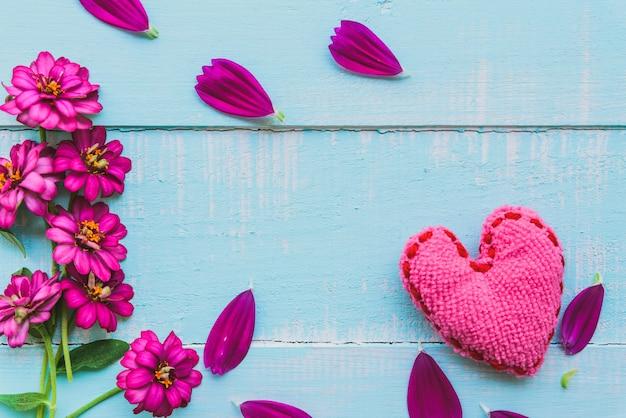 Cuore rosa su fondo in legno di colore blu, bianco, amore, matrimonio e giorno di san valentino