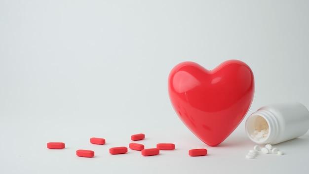 Cuore rosso con la medicina per il concetto di salute.