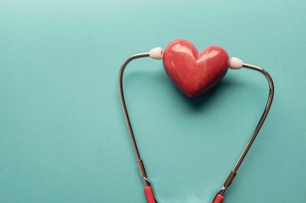 Cuore rosso con stetoscopio, salute del cuore, concetto di assicurazione sanitaria, giornata mondiale del cuore, giornata mondiale della salute