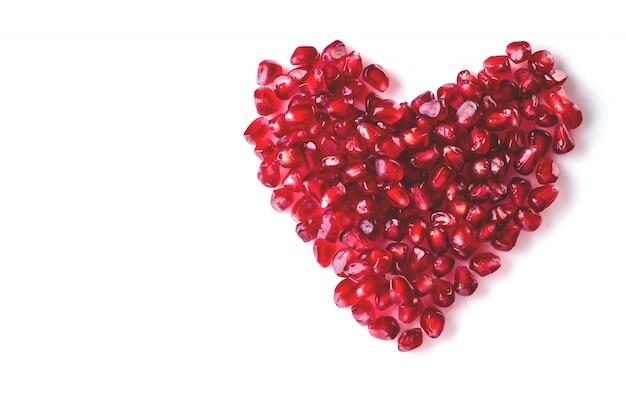 Cuore rosso di bacche di melograno