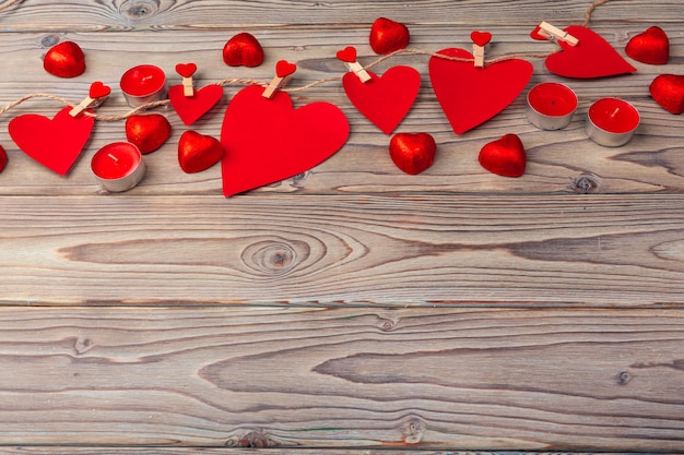 Cuore rosso di giorno di biglietti di s. valentino su vecchio legno. sfondo vacanze.
