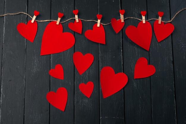 Cuore rosso di giorno di biglietti di s. valentino su vecchio legno.
