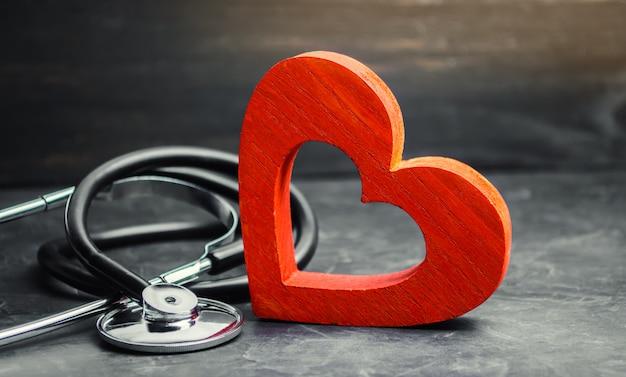 Cuore rosso e stetoscopio. il concetto di medicina
