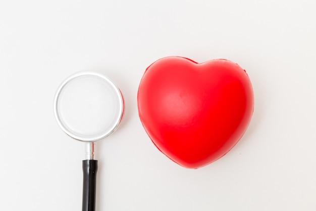 Cuore rosso e uno stetoscopio. concetto per sano e medico