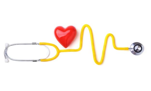 Cuore rosso e uno stetoscopio su sfondo bianco