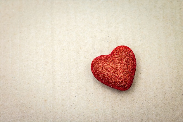 Cuore rosso su sfondo di cartone. carta da parati di san valentino