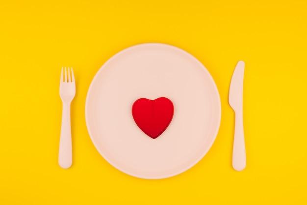 Cuore rosso sul tavolo del servizio. concetto romantico