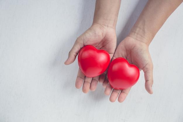 Cuore rosso sulla mano della ragazza