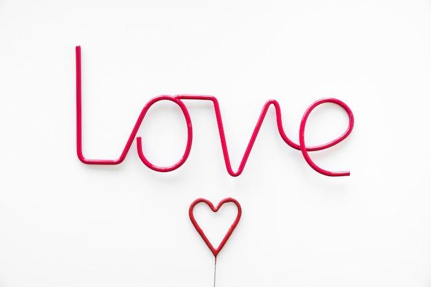 Cuore rosso vicino alla scrittura d'amore