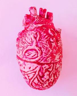 Cuore umano in ceramica rossa sul tavolo