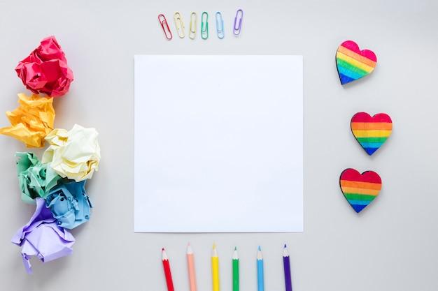 Cuori arcobaleno con carta e matite