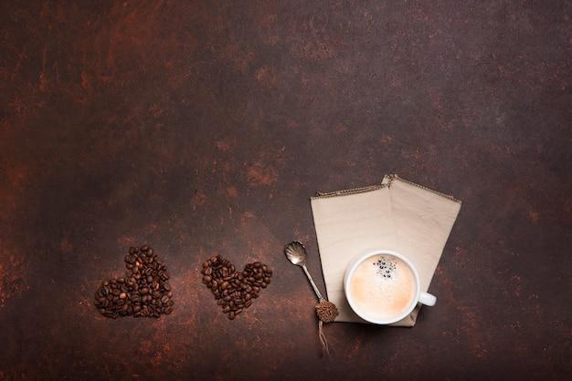 Cuori del chicco di caffè con lo spazio della copia