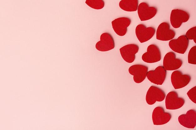 Cuori del giorno di san valentino del tessuto sul rosa