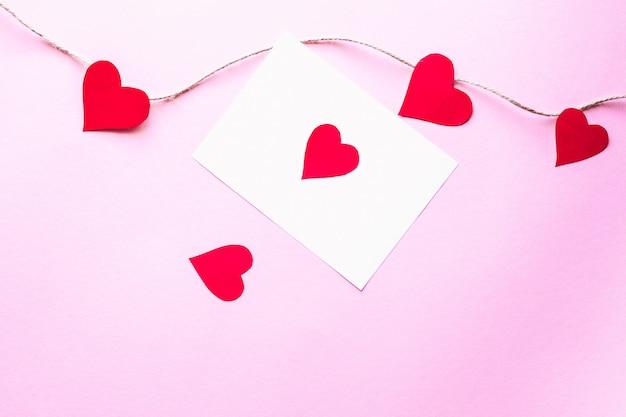 Cuori di carta su uno sfondo rosa concetto di san valentino