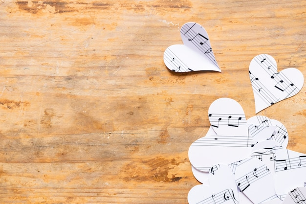 Cuori di carta vista dall'alto con note musicali