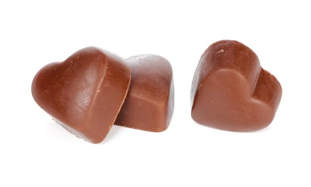 Cuori di cioccolato su sfondo bianco